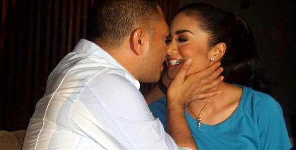 Raul dan Krisdayanti Ciuman