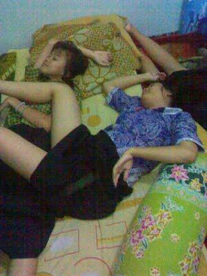 Siswi SMU tidur 2